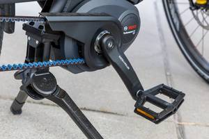 Multicharger Elektrofahrrad mit blauem Riemenantrieb und Bosch Performance Line CX Elektromotor in der Nahaufnahme