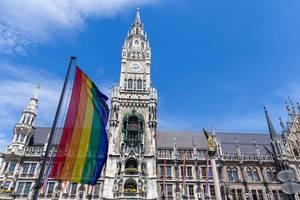 München demonstriert für LGBTQ-Rechte am Christopher Street Day, mit Regenbogenflagge vor dem Neuen Rathaus am Marienplatz
