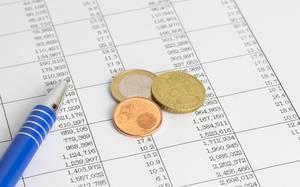 Münzen auf einer Kostentabelle