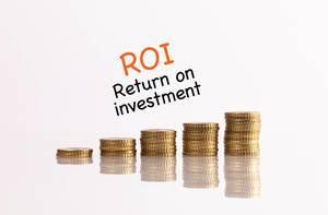 Münzstapel mit dem Text ROI - Return on investment (Kapitalrendite)