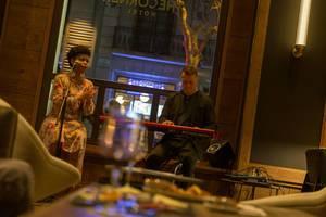 Musik-Duo mit Keyboard auf kleiner Bühne in der Bar des The Corner Hotels in Barcelona, Spanien