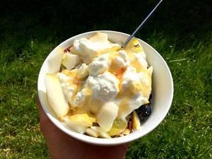 Müsli mit Quark und Früchten