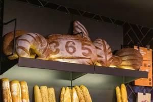 Muster im Mehl wirbt für frischgebackenes Brot im 365 Café an der Einkaufsstraße Carrer de Joaquín Costa in Barcelona, Spanien