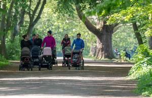 Mütter nach der Schwangerschaft mit Babys im Sportbuggy & Kinderwagen halten sich in Köln mit Rückbildung-Spaziergang am Decksteiner Weiher fit
