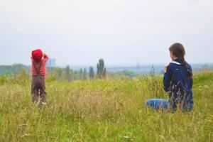 Mutter und Sohn auf Herbstspaziergang im Feld