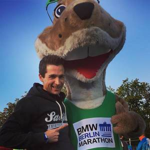 My new tall friend. 1h until 42th #berlinmarathon. #happyrunning #nevernotrunning #marathon #running #happy #berlin #nycmarathon #run4nyc
