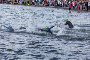 Nach dem Rolling Start des Ironman 70.3 in Lahti, nördlich von Helsinki, schwimmen die Triathlonathleten um die Wette