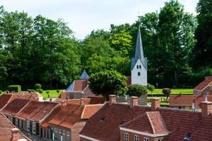 Nachbildung einer Kirche hinter Replikat-Häusern in Varde, Dänemark