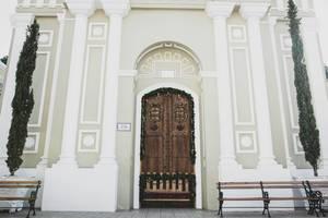 Nachbildung eines Kircheneinganges mit kunstvoll verzierter Türe in Guatemala