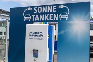 Nachhaltige E-Tankstation: Sonnenenergie tanken für Elektroautos auf dem Aldi-Parkplatz