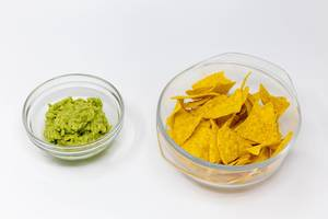 Nacho Chips mit Avocado Dip