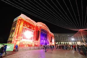 Nachtaufnahme der großen Bühne beim Weihnachtsmarkt in Bucharest, Rumänien