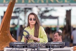 Nachwuchs-DJane am Eingang zum Elektro-Festival Tomorrowland in Belgien