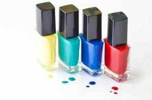 Nagellack in verschiedenen Farben