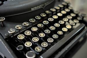 Nahaufnahme auf die runden Tasten einer alten Remington Schreibmaschine