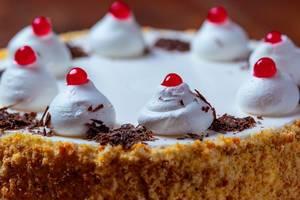 Nahaufnahme auf eine Sahne-Kirsch Torte mit Schokoladenraspeln