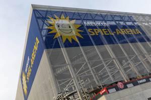 Nahaufnahme blaue Beschriftung Merkur Spiel-Arena für Sportveranstaltungen in Düsseldorf