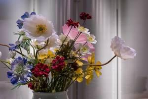 Nahaufnahme Blumendekoration aus verschiedenen bunten Blüten in Vase