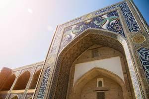 Nahaufnahme der bunten, verzierten Wände von Nodir-Devonbegi-Madrasa ist Teil von Labi Hovuz und liegt in Buxoro, Usbekistan