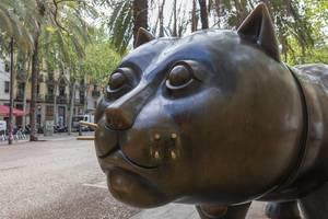 Nahaufnahme der dicken Katzenstatue El Gato de Botero mit Schnurrbarthaare  am Rambla de Raval Platz in Barcelona, Spanien
