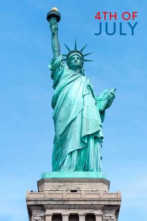 Nahaufnahme der Freiheitsstatue auf der Liberty Island in New York,  neben dem Text 4th of July - dem Datum des amerikanischen Unabhängigkeitstag