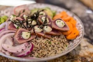 """Nahaufnahme der """"Tuna Tataki Bowl"""" im Fit Kitchen Restaurant in Barcelona, Spanien, mit Nori Meeresalgen, Thunfisch, Quinoa und Zwiebeln"""