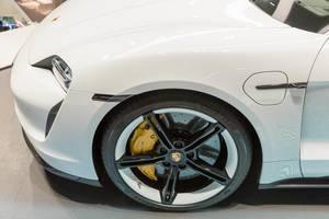 Nahaufnahme der Räder des Porsche Tycoon Turbo S, Bremsenergierückgewinnung durch Elektromotoren mit Torque Vectoring