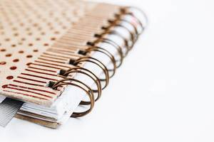 Nahaufnahme der Spiralbindung eines Notizbuchs