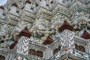 Nahaufnahme der Wandbemalungen des Wat Arun Tempels in Bangkok