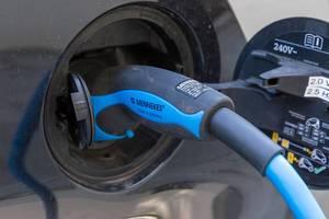 Nahaufnahme des Ladevorgangs eines Elektro-Autos mit Ökostrom