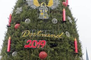 """Nahaufnahme des Schriftzugs """"Dortmund 2019"""" und Engel mit Heiligenschein am großen Weihnachtsbaum"""