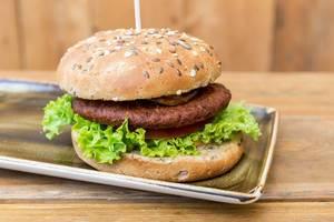 """Nahaufnahme des veganen Burgers und Fleischersatz """"Naturbursche"""" von Moving Mountains ist jetzt Teil der Speisekarte von Hans im Glück"""