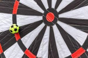 Nahaufnahme einer aufblasbaren Foot Darts Zielscheibe