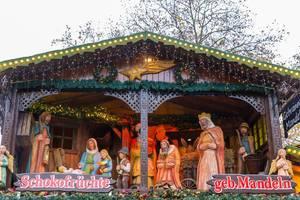 Nahaufnahme einer großen Weihnachtskrippe auf dem Weihnachtsmarkt, mit dem Jesusbaby, Maria, Josef und den heiligen drei Königen