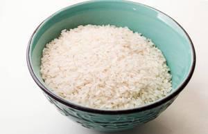 Nahaufnahme einer Keramikschüssel mit Reis