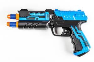 Nahaufnahme einer Kinderspielzeugpistole mit Geschossen, vor weißem Hintergrund