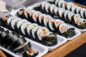 Nahaufnahme einer Platte mit Sushi-Röllchen