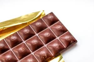 Nahaufnahme einer Schokoladentafel vor weißem Hintergrund