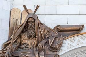 Nahaufnahme einer Skulptur über dem Eingang zur Christ-Erlöser-Kathedrale