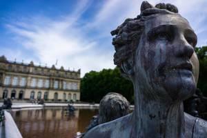Nahaufnahme einer Statue - Schloss Herrerchiemsee im Hintergrund