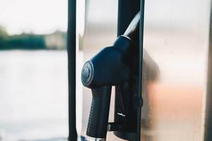 Nahaufnahme einer Zapfsäule an einer Tankstelle