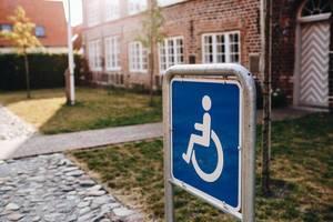Nahaufnahme eines Behindertensymbols auf dem Gehweg