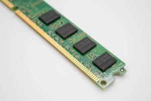 Nahaufnahme eines DDR RAM Speicherriegels vor weißem Hintergrund