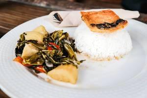 Nahaufnahme eines Gerichts mit Milchfisch, Gemüse und Reis
