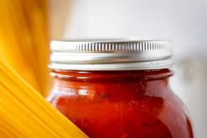 Nahaufnahme eines Glases mit Tomatensoße