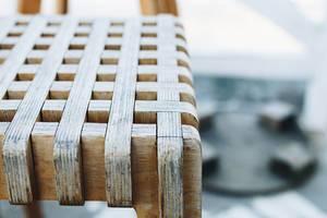 Nahaufnahme eines interessanten Holzstuhls