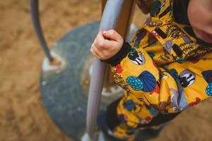 Nahaufnahme eines Kindes auf einem Spielplatz Gerät