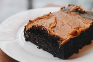 Nahaufnahme eines köstlichen Schokoladenkuchens mit Karamell