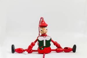 Nahaufnahme eines Pinocchio-Spielzeugs aus Holz