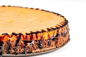Nahaufnahme eines Schokoladenkuchens mit Pfirsichbaiser